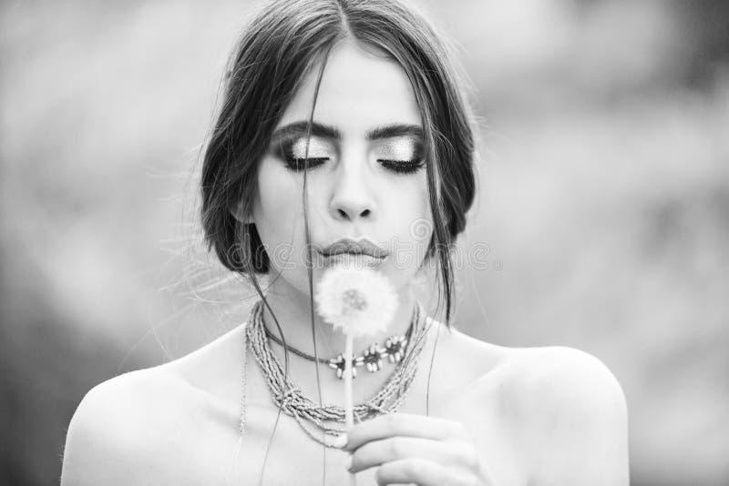 Женщина с одуванчиком модного состава дуя, hairloss стоковая фотография rf