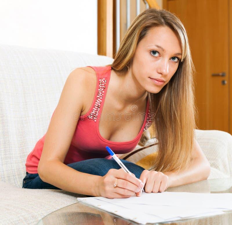 Женщина с документами в руках подготавливая для экзамена стоковое изображение rf