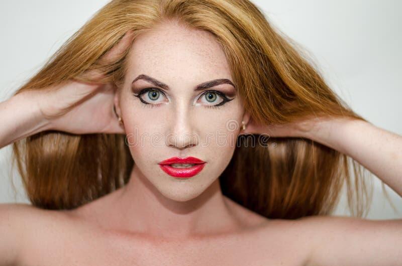 Женщина с оранжевыми волосами стоковое фото rf