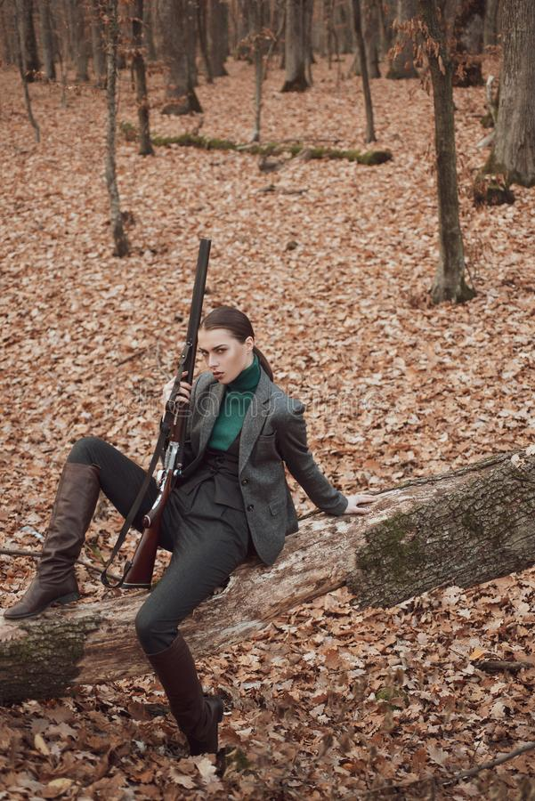 Женщина с оружием военная мода достижения целей девушка с винтовкой звероловство гоньбы Магазин оружия женский охотник внутри стоковая фотография