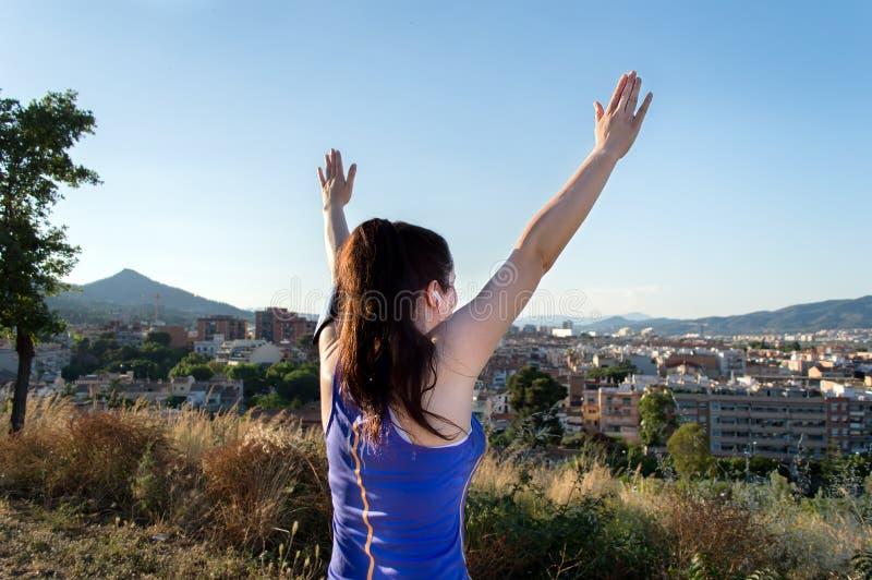 Женщина с оружиями вверх после бежать стоковое изображение