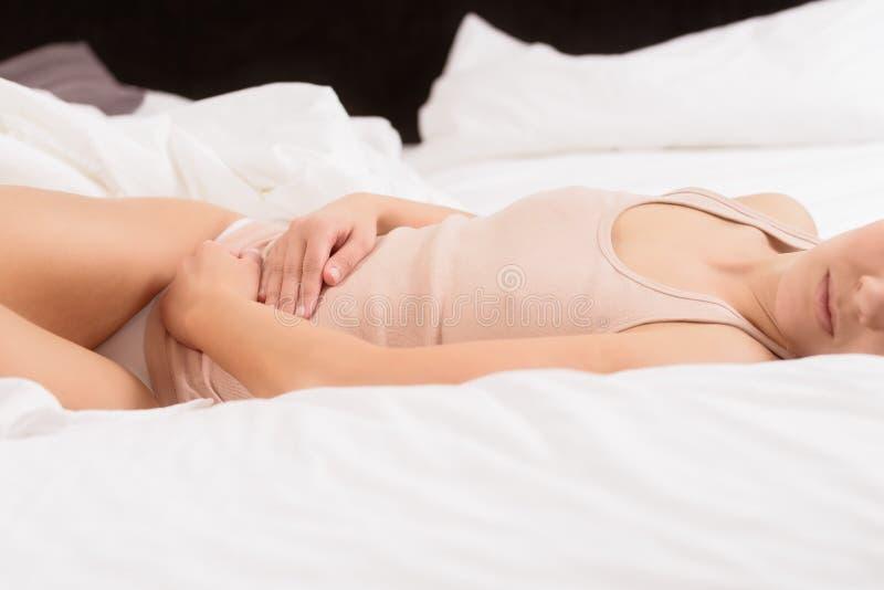 Женщина с острой болью в животе стоковое изображение rf