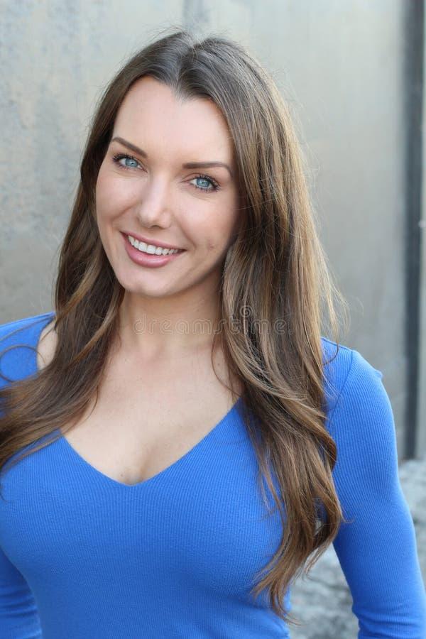 Женщина с очень славной зубастой улыбкой стоковая фотография rf