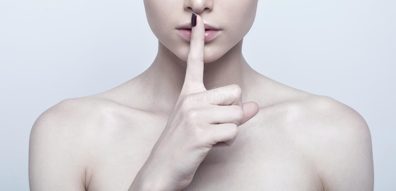 Женщина с пальцем на губах стоковые фото