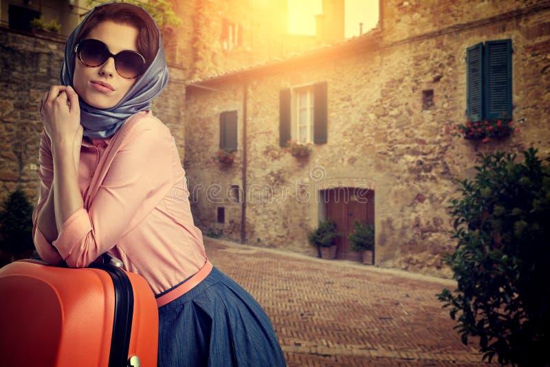 Женщина с перемещением чемодана на улице итальянского города стоковые фото