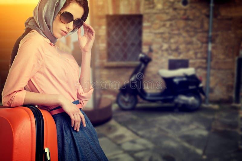 Женщина с перемещением чемодана на улице итальянского города стоковая фотография rf