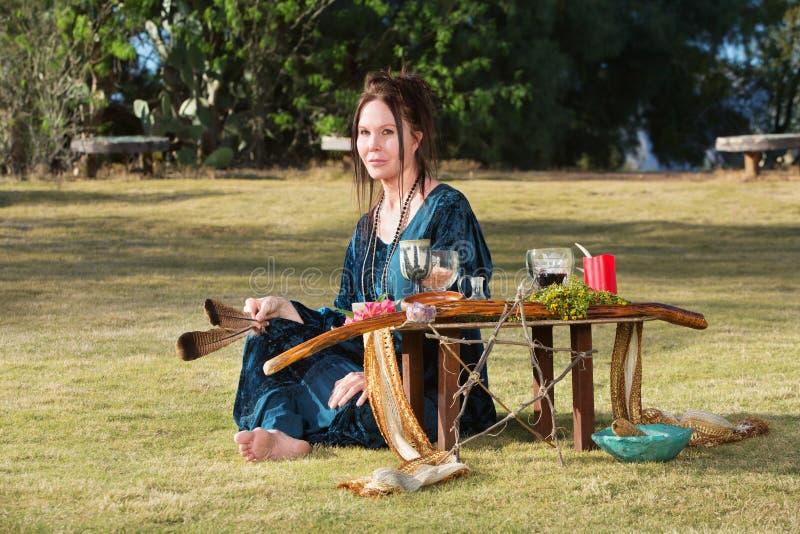 Женщина с пер и алтаром стоковые изображения rf