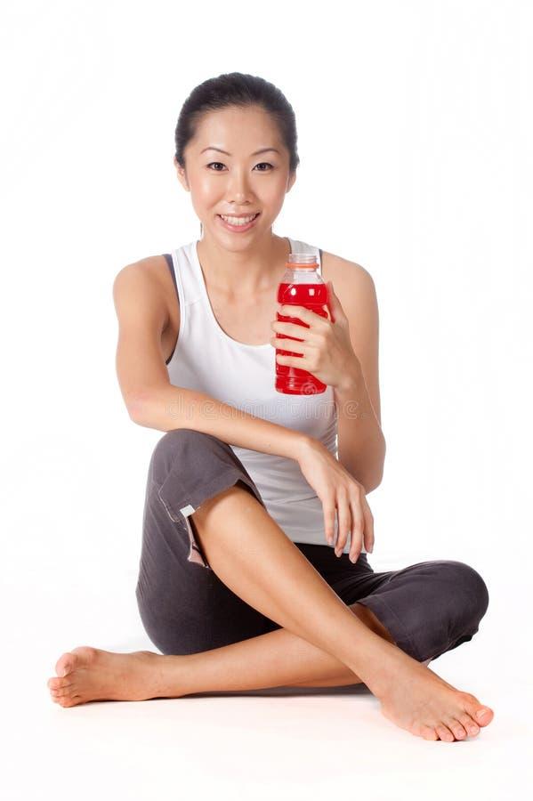 Женщина с питьем спортов стоковое изображение rf