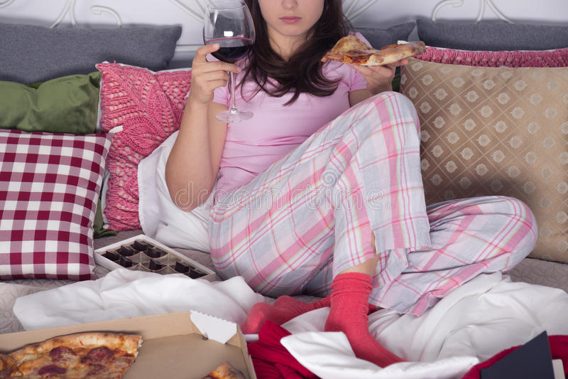 Женщина с пиццей и вином стоковые изображения rf