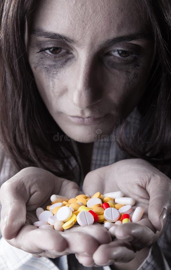 Женщина с пилюльками стоковые изображения rf