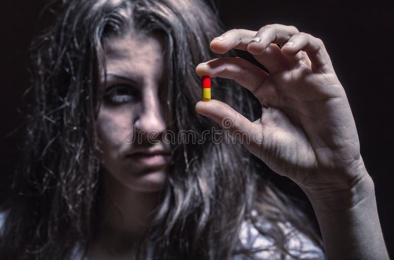 Женщина с пилюльками стоковая фотография rf