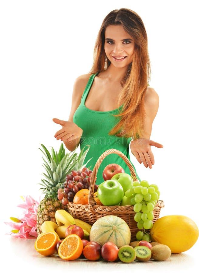 Женщина с плодоовощами в изолированной корзине wicker стоковые фотографии rf