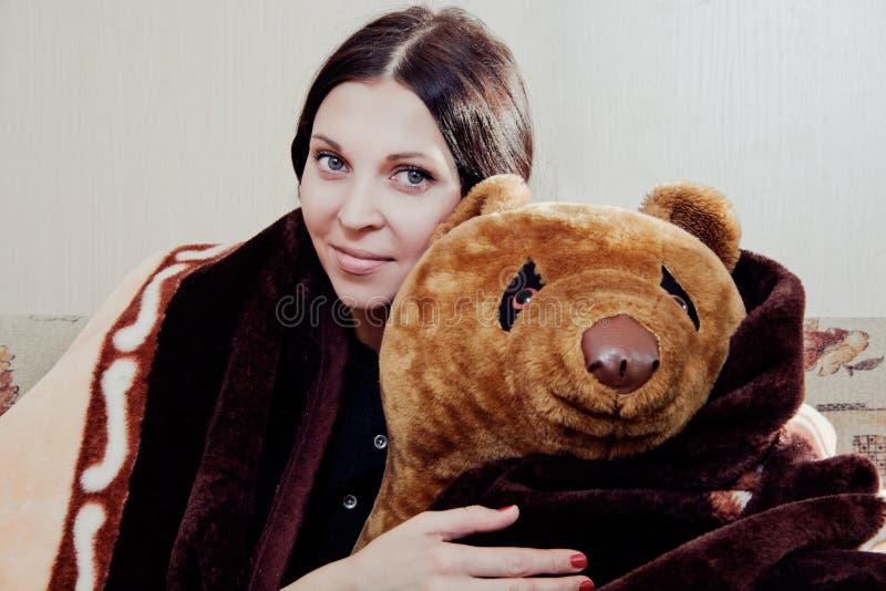 Женщина с плюшевым медвежонком стоковые фотографии rf