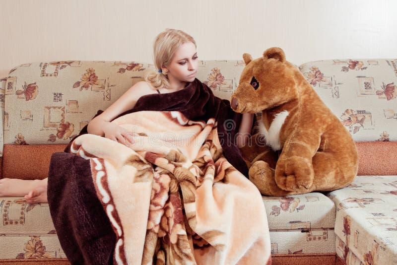 Женщина с плюшевым медвежонком стоковая фотография rf