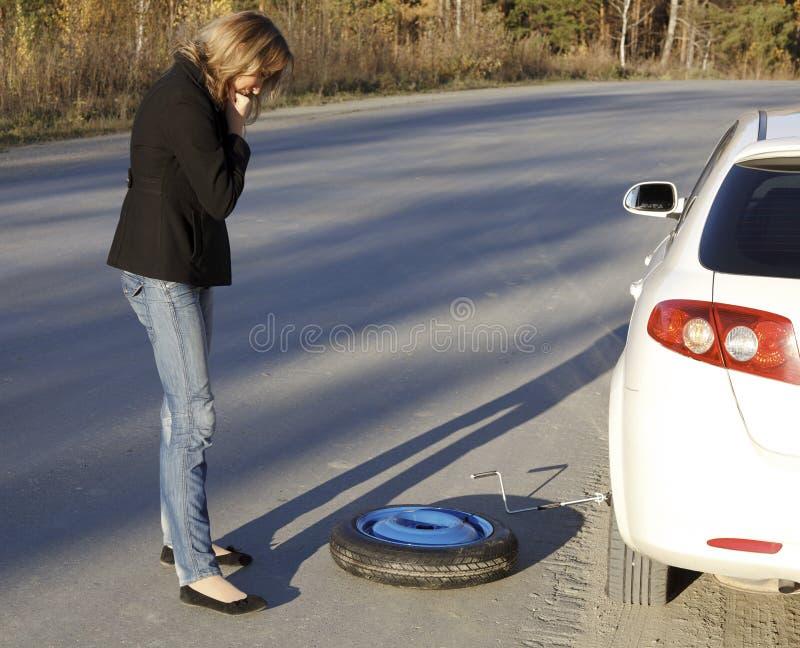 Женщина с поврежденным автомобилем стоковые изображения rf