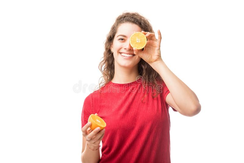 Женщина с 2 половинами померанца стоковая фотография rf