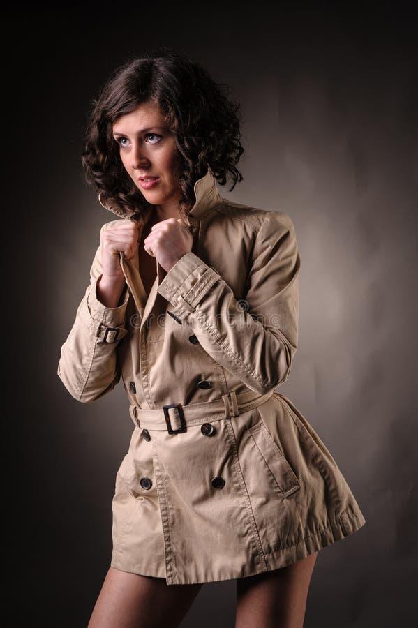 Женщина с портретом моды плаща стоковое изображение rf