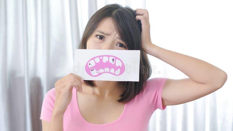 Женщина с проблемой спада зуба стоковое фото rf