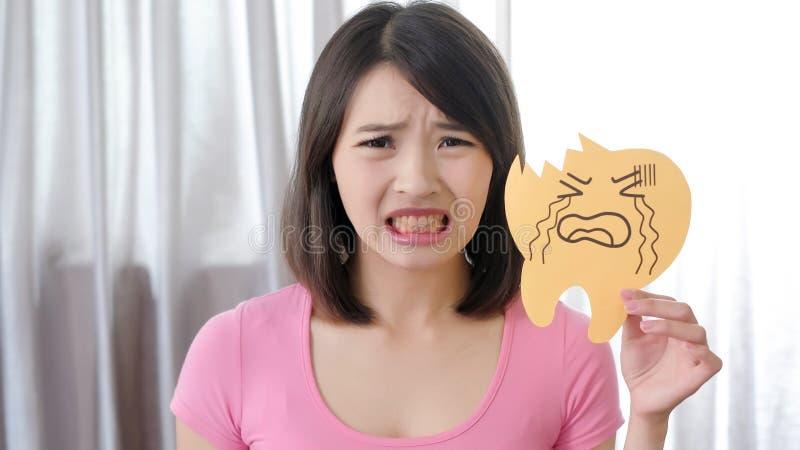 Женщина с проблемой спада зуба стоковое изображение rf