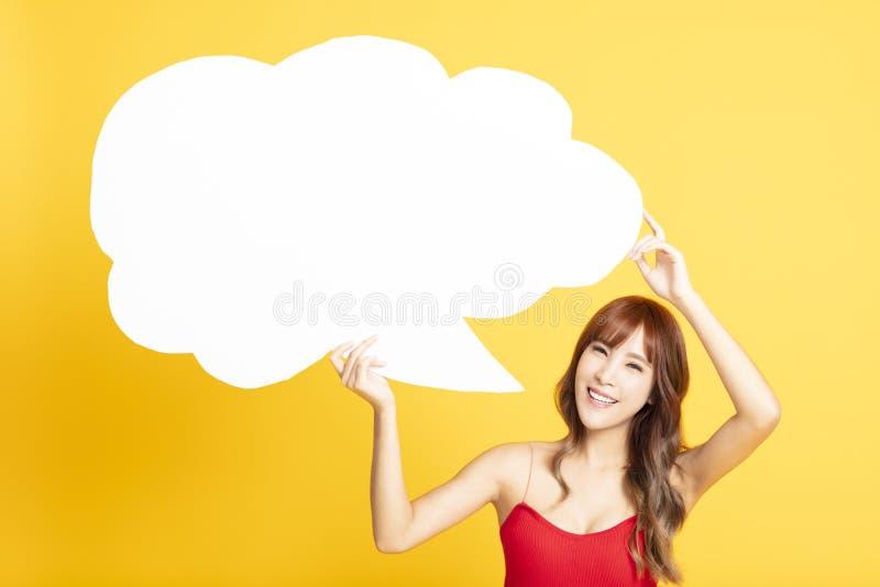 Женщина с пузырем речи делая объявление стоковые фотографии rf