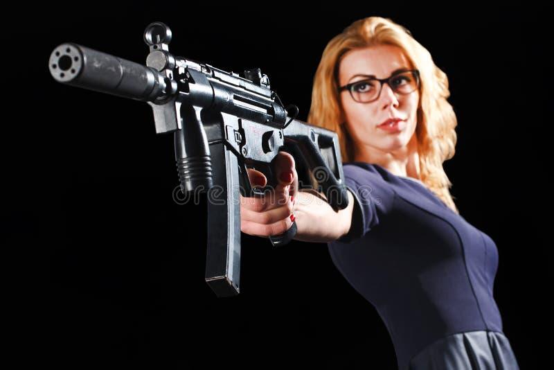Женщина с пушкой submachine стоковое фото