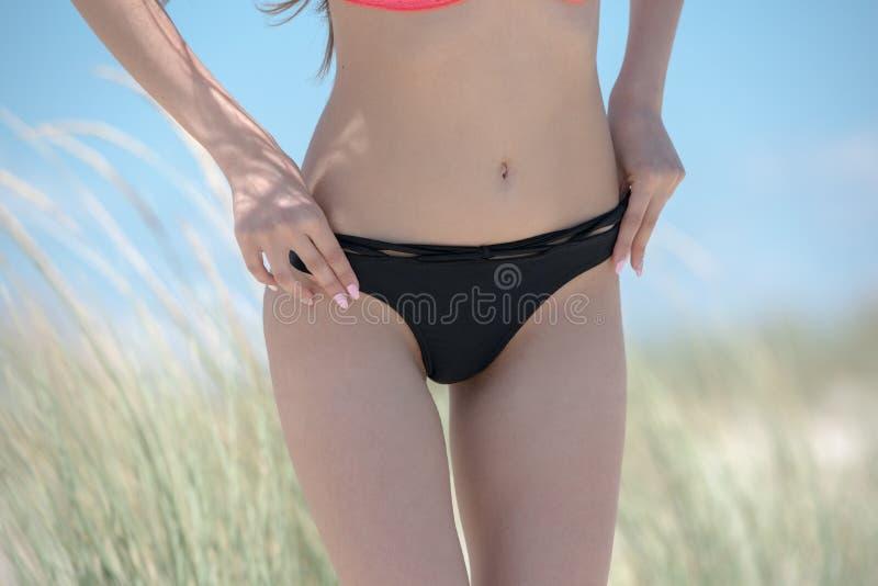 Женщина с плоским бикини носки живота, концом вверх стоковые изображения