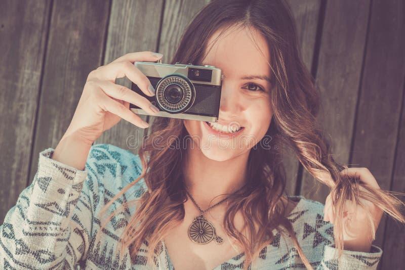 Женщина с ретро камерой стоковое фото