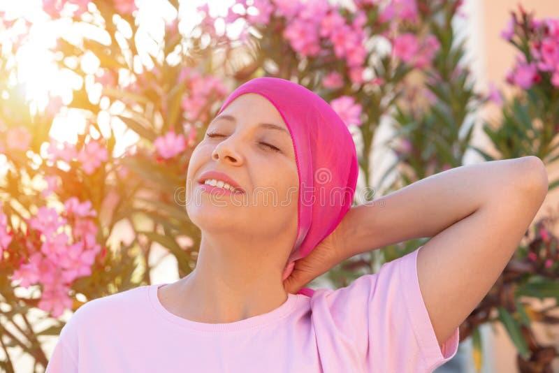 Женщина с розовым шарфом на голове стоковые изображения rf