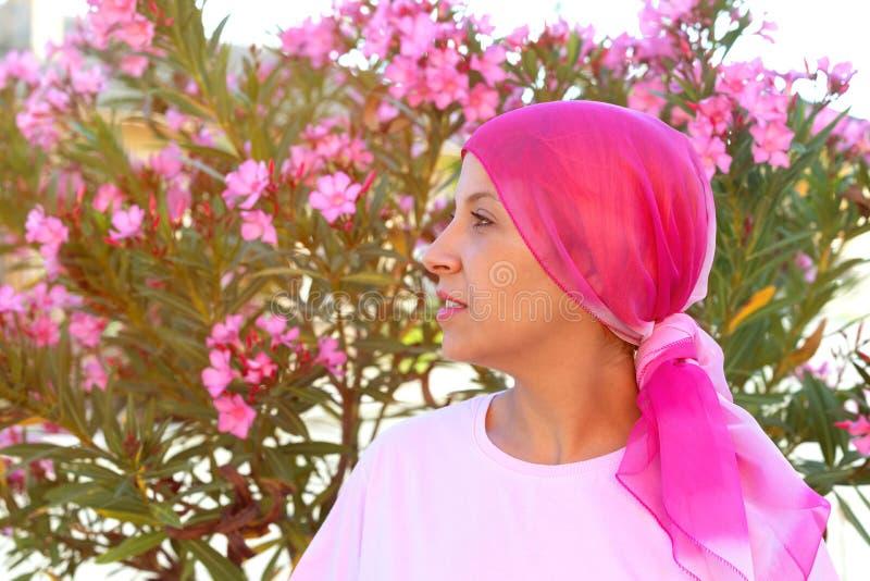 Женщина с розовым шарфом на голове стоковое фото rf