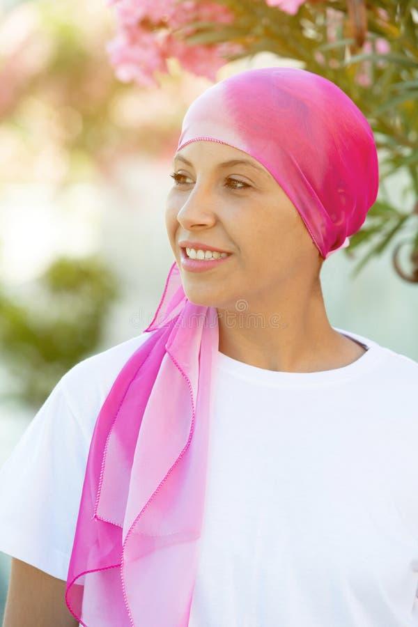 Женщина с розовым шарфом на голове стоковые фотографии rf