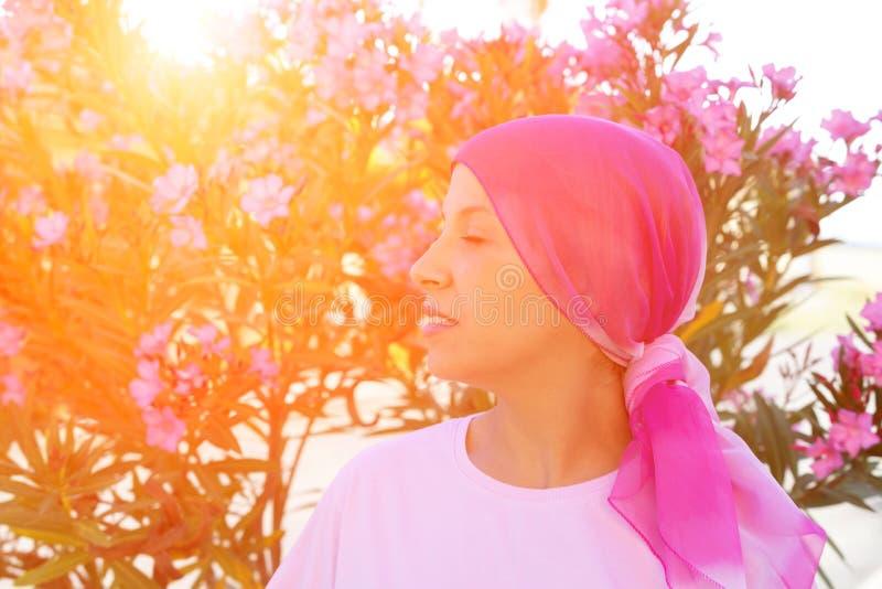 Женщина с розовым шарфом на голове стоковое изображение