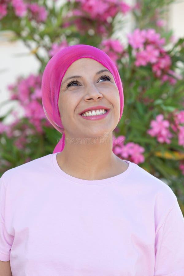 Женщина с розовым шарфом на голове стоковое фото