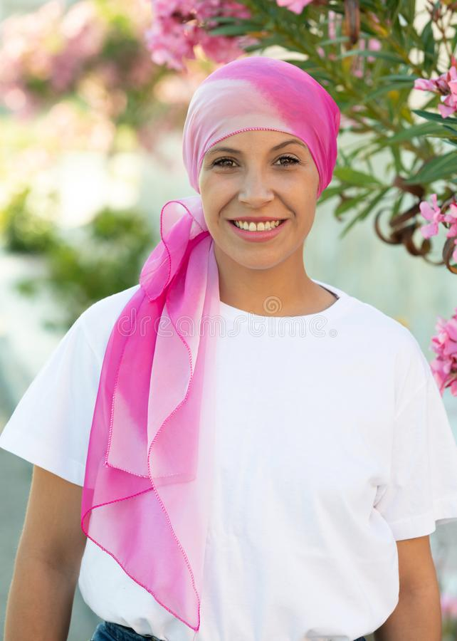 Женщина с розовым шарфом на голове стоковые фото