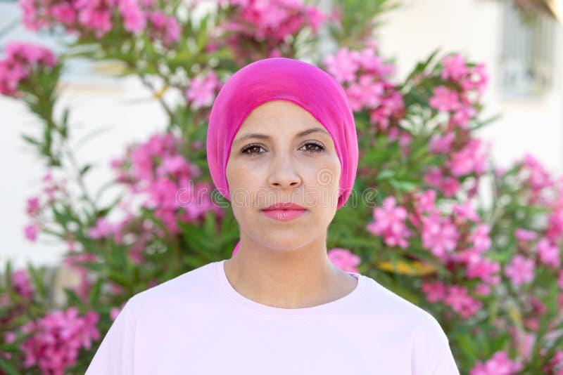 Женщина с розовым шарфом на голове стоковая фотография rf