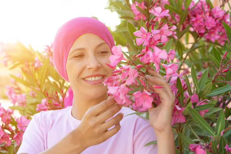 Женщина с розовым шарфом на голове стоковое изображение rf
