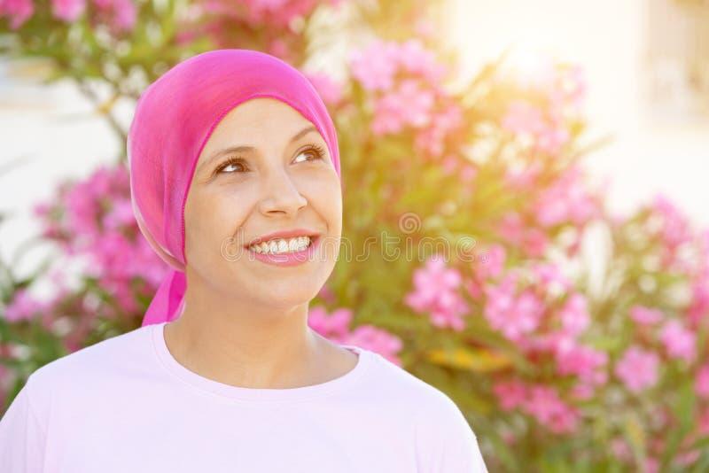 Женщина с розовым шарфом на голове стоковые изображения