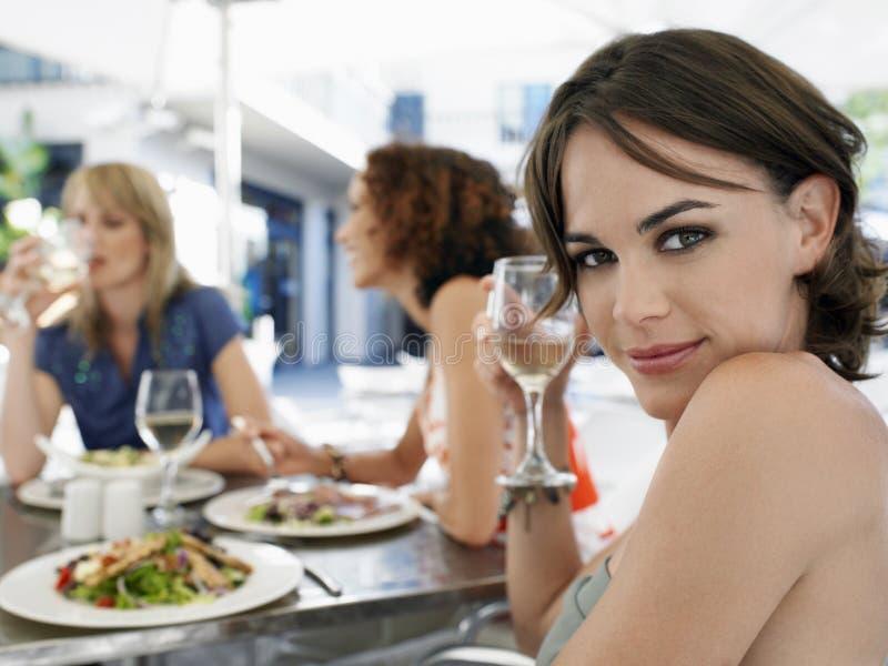 Женщина с друзьями на внешнем кафе стоковые фотографии rf