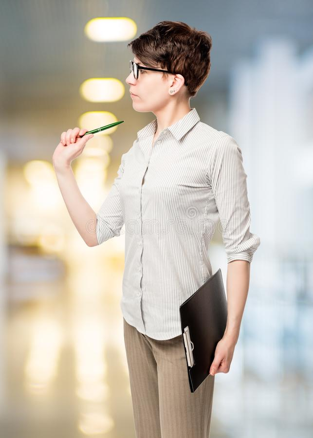 Женщина с ручкой и изолированная папка стоковое изображение