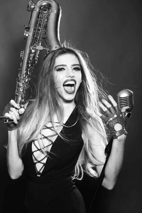 Женщина с саксофоном и mic стоковое фото rf