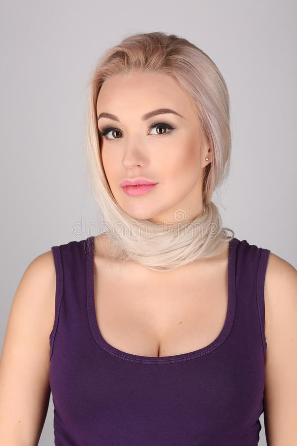 Женщина с связанной шеей ее волосами конец вверх Серая предпосылка стоковое фото