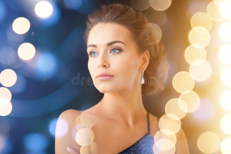 Женщина с серьгами диаманта стоковое изображение rf