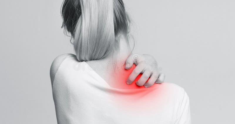 Женщина с симптомами зудящей крапивницы, царапая ее шею стоковое фото rf