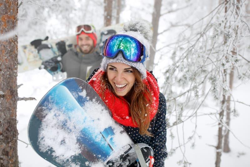 Женщина с сноубордом в лесе стоковое фото rf