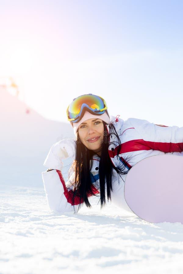 Женщина с сноубордом в зиме стоковое изображение