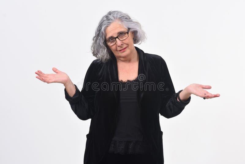 Женщина с сомнением или смущенным выражением на белой предпосылке стоковое изображение