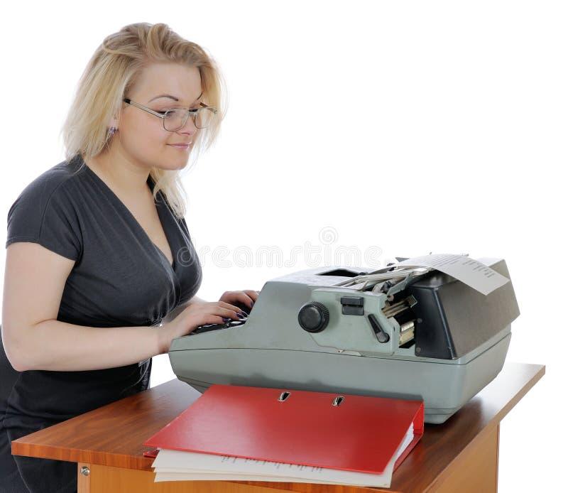 Женщина с старой машинкой стоковые изображения rf