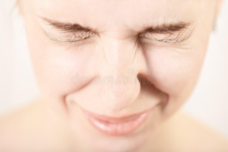 Женщина с сужанными глазами стоковое фото