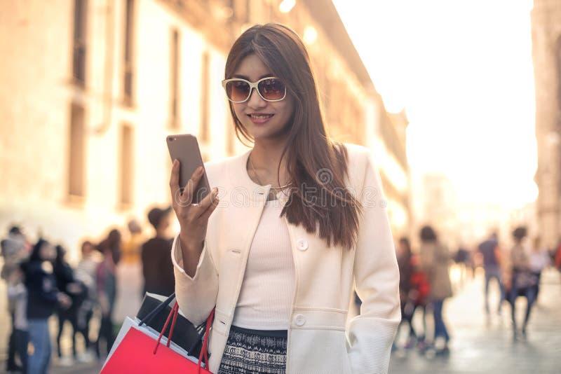 Женщина с сумками доставки стоковое изображение rf