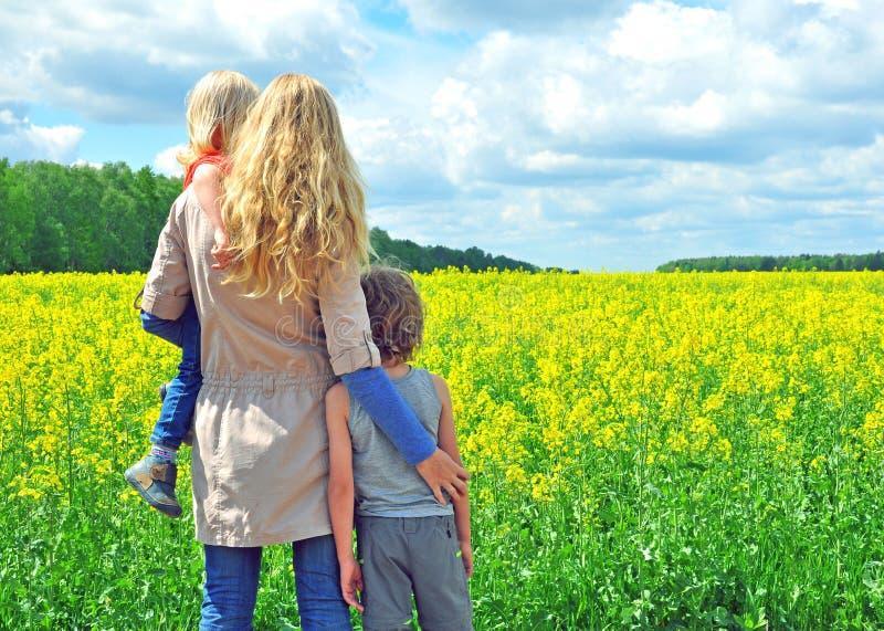 Download Женщина с сыновььями стоковое изображение. изображение насчитывающей горизонт - 40578047