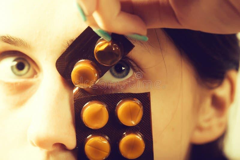 Женщина с таблетками или лекарствами стоковое фото